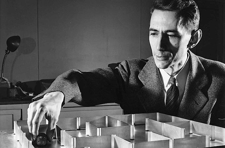 "Claude Shannon and ""Theseus"" (Foto: MIT-Museum)"