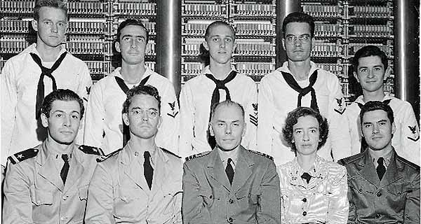 Het team van de MARK I (augustus 1944): Richard Bloch, Hubert Arnold, Howard Aiken, Grace Hopper, Robert Campbell (onder, v. l. n. r.)